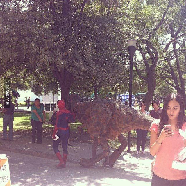Spider-Man geht mit Dino spazieren